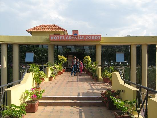Hotel Crystal Court: Entrance of the hotel