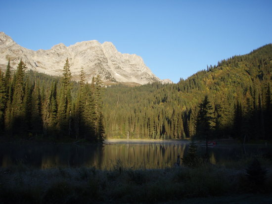Fernie, Canadá: Lake with Lizard range in background