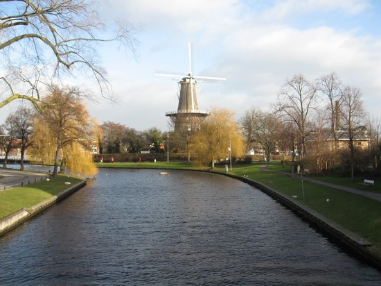Leiden, Pases Bajos: Windmill at channel