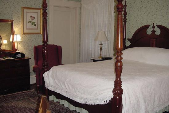 Summerfield Inn: Our Room - Redbud