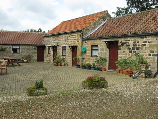 Grantley, UK: courtyard with bedrooms surrounding it.