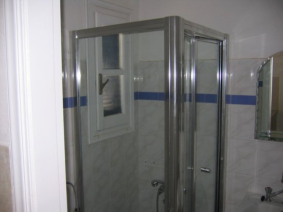 Batsi, Griekenland: Shower (small and undermaintained)
