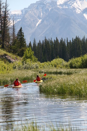 Parc national Banff, Canada : kayaks at Vermillion Lake 