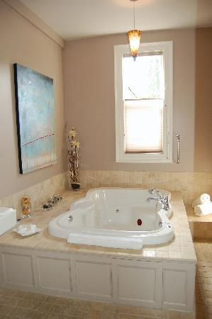 Ambrosia Historic Bed & Breakfast Retreat: Ambrosia bathroom