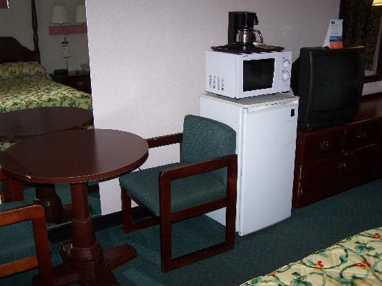 Howard Johnson Express Ruther Glen: Table / Frig. / Microwave