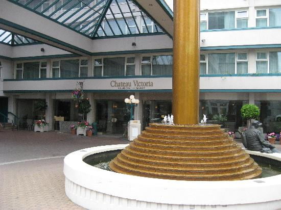Chateau Victoria Hotel and Suites: Entrance of the Hotel