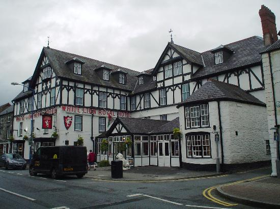 White Lion Royal Hotel: White Lion Royal - center of Bala