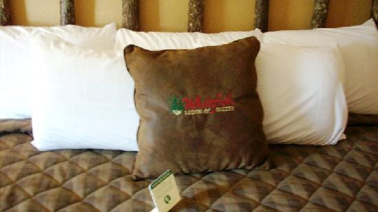 Whitefish Lodge and Suites: the cute pillow on our bed