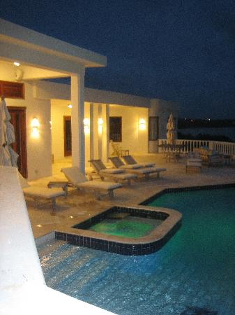 Sheriva Villa Hotel: View of the villa at night