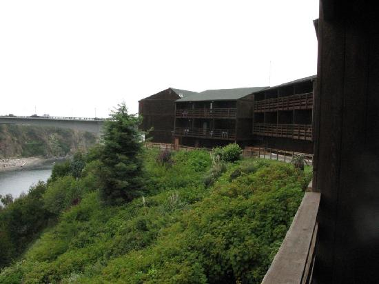 Harbor Lite Lodge: Back of hotel facing the river