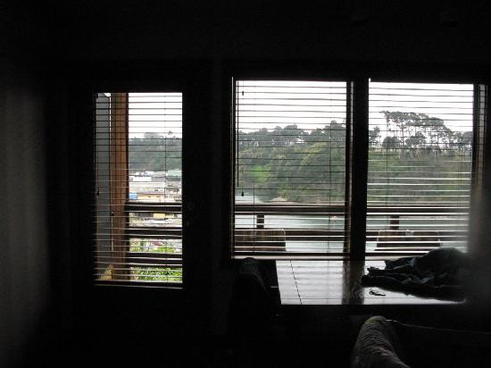 Harbor Lite Lodge: windows to the balcony. Nice wood shades, nothing tacky here.