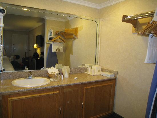 BEST WESTERN PLUS Monterey Park Inn: Best Western Monterey Park Inn - Sink Area.