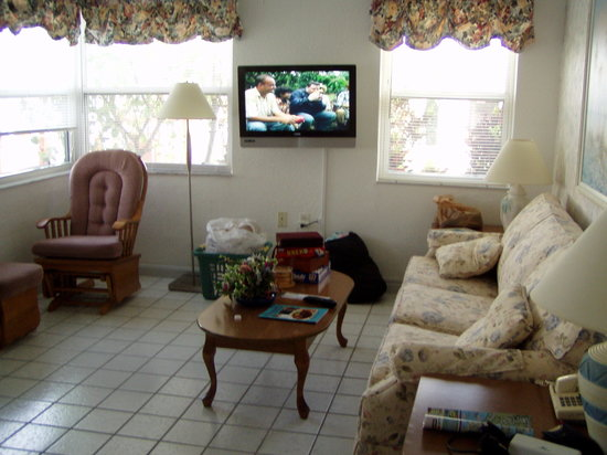 East Shore Resort Apartment Motel: the living room