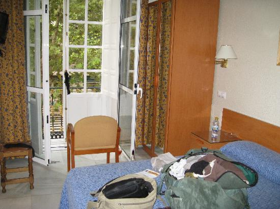 Hostal El Cairo: Room 17 and some luggage