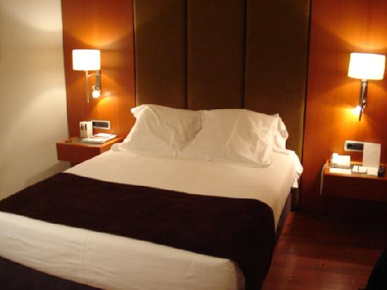 Really comfy bed picture of hotel regina barcelona for Hotel regina barcelona booking