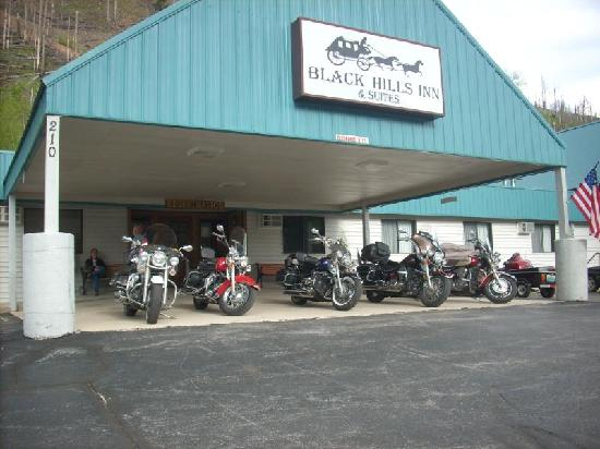 Black Hills Inn & Suites: Blackhills Inn, owner allowed us to park our bikes under the awning.