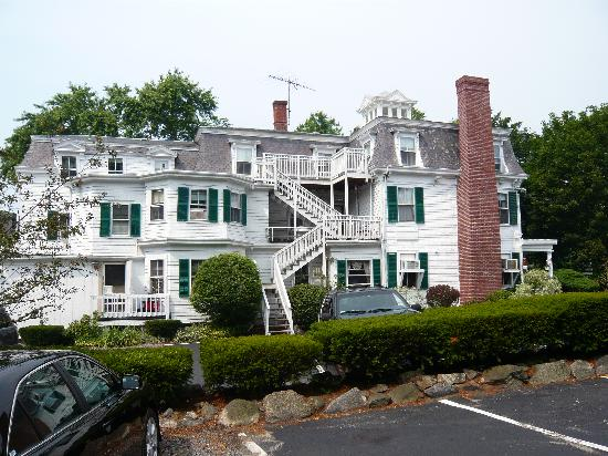 Colonial House Inn: Hotel view from the parking lot