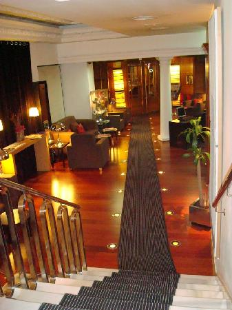 Le hall d 39 entr e de l 39 h tel picture of hotel quatro for Hotel paris en madrid puerta del sol