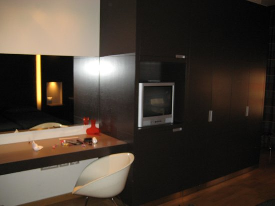 Wall Art Aparthotel: Desk and cabinets