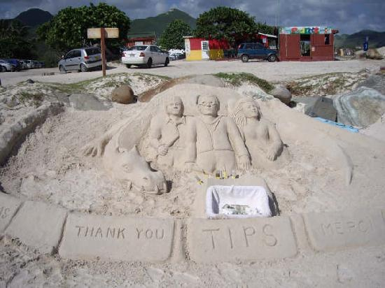 Club Orient Resort: Sculpture&#39;s work on beach