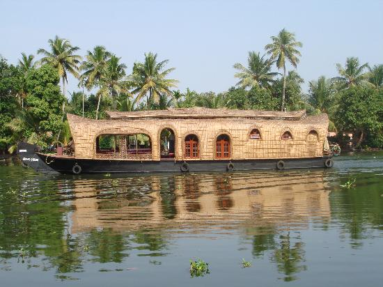 Pooppallys Heritage Home: Houseboats constantly going by