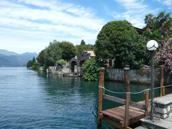 Orta San Giulio, Italië: Jetty along the side of the hotel