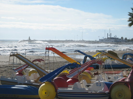 Torremolinos, Spanien: A stormy sea, but the sun still shone