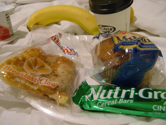 Quality Inn University: Breakfast snacks to be enjoyed in room