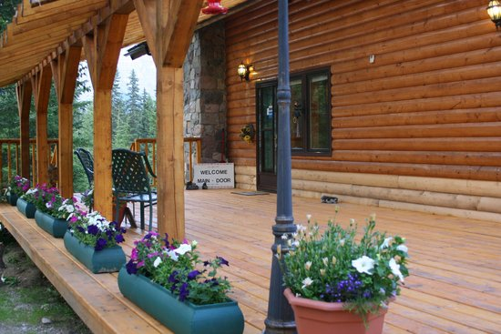 Mt. Robson Mountain River Lodge: Front porch