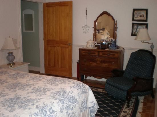 The Iron Gate Inn and Winery: Another view of the room