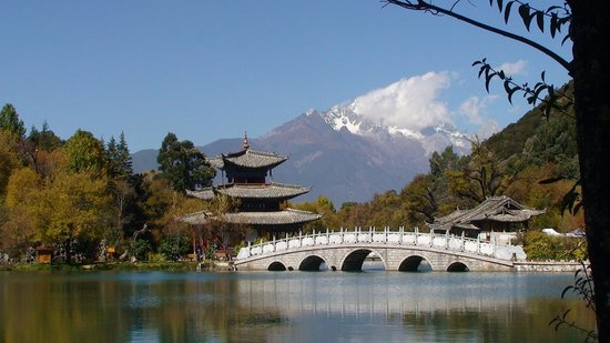 Lijiang, Schwarzer-Drachen-Teich. Im Hintergrund der Jadedrachen-Schneeberg (5500m).