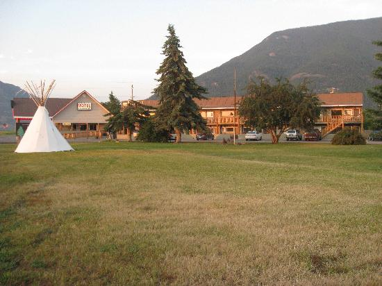 Glacier Park Motel and Campground: Motel and lawn