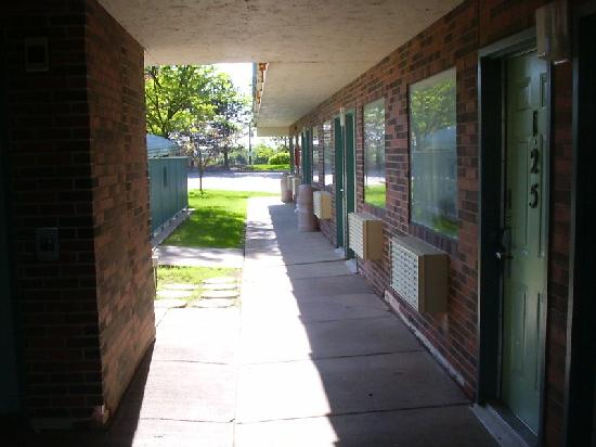 Motel 6 Minneapolis North: Ground-floor corridor
