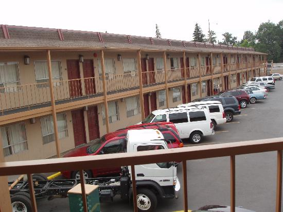 Red Lion Hotel Eugene: The outside, looks much nicer in the morning than at night