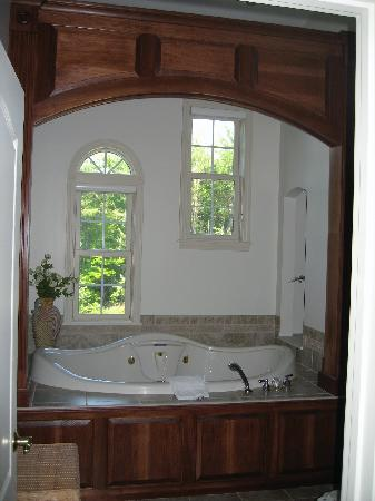 Nestlenook Estate &amp; Resort: gorgeous jacuzzi tub in penthouse