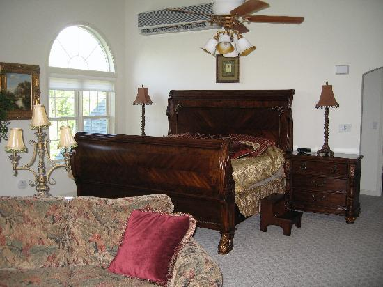 Nestlenook Estate &amp; Resort: king sleigh bed in penthouse suite