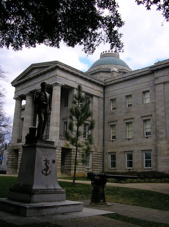Raleigh, Северная Каролина: the State Capitol building.