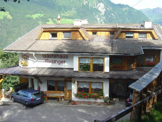 Matrei in Osttirol, Autriche : Gaestehaus Resinger from the top of the driveway