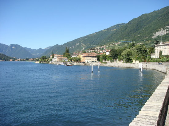 Tremezzo, Włochy: view in front of the hotel to the right side
