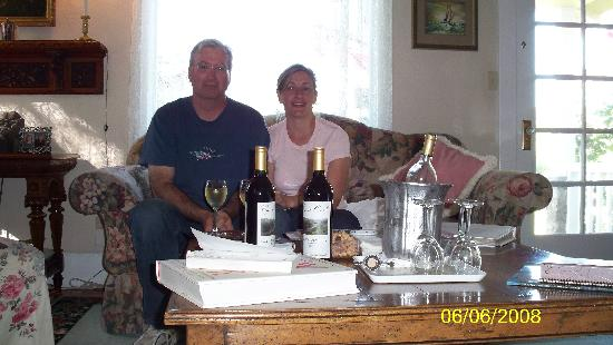 Bear Flag Inn: Afternoon wine time