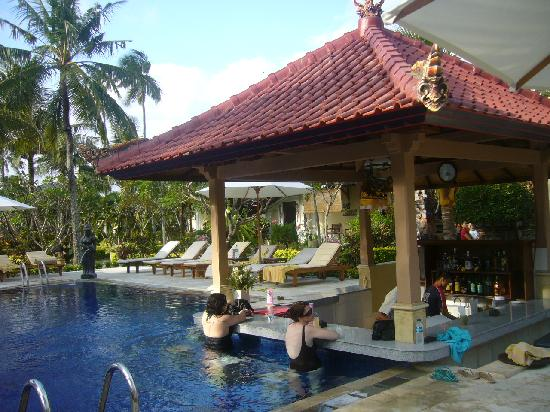 Kuta Puri Bungalows: Swim up pool bar