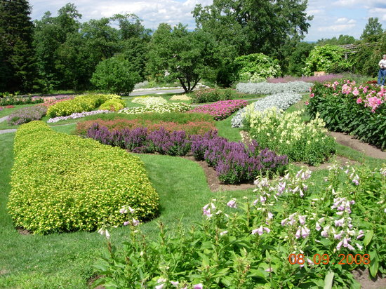 New Paltz, NY: Sample of gardens on hotel grounds