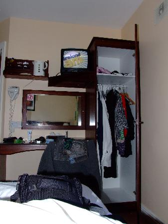 The Laurels B & B Kilkenny: Poor wardrobe space, kettle at hi level, no lights for dressing table