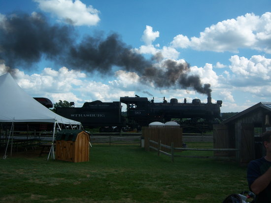 Ronks, PA: Strausburg train goes throughthe middle