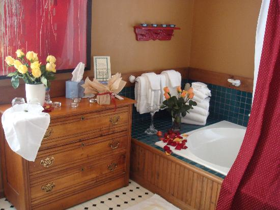 Boyden House Inn: Our relaxing tub