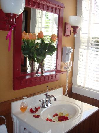 Boyden House Inn: More flowers in the bathroom too!