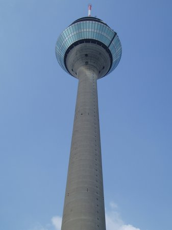 Dsseldorf, Alemania: Old telecomunications tower now bar resteraunt with views over the city