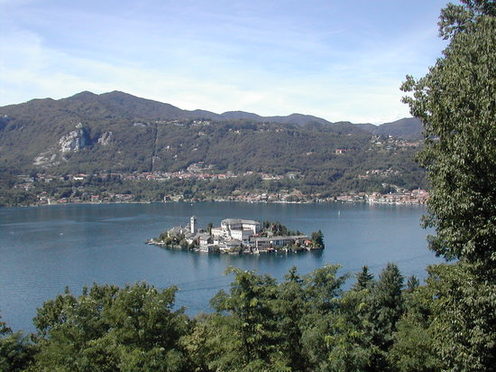 Orta San Giulio, İtalya: the island from the Sacro Monte Hill