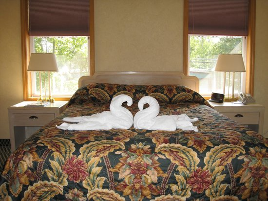 Skaneateles Suites Boutique Hotel: Nice touch waiting on the bed