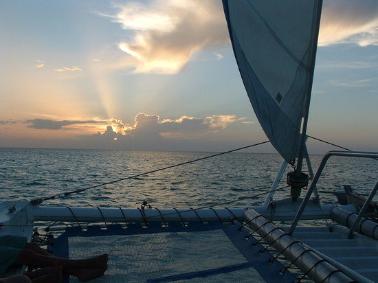 Turks-och Caicos: Saililng into the sunset on Sail Provo